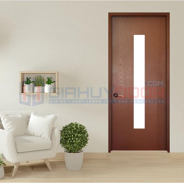 Cửa bằng gỗ có trọng lượng tương đối nặng nên thợ thi công phải gia cố khung thật chắc chắn